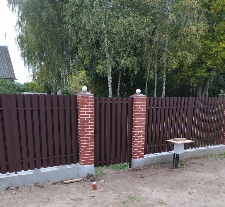 забор из евроштакетника 4