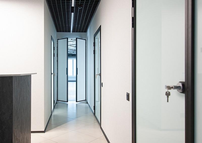 установка алюминиевой двери